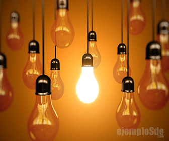 Foco iluminado se alimenta con corriente eléctrica