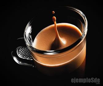 El café se disuelve mejor en agua caliente.