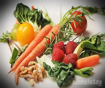 Las vitaminas se obtienen en su mayoría de los alimentos.